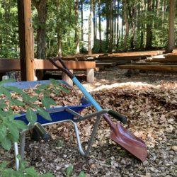 森のステージに新しいウッドチップを敷きました
